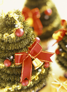 赤いリボンのクリスマスツリーの素材 [FYI00990003]