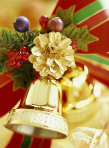 ゴールドのベルと松ぼっくりのクリスマスデコレーションの素材 [FYI00990070]