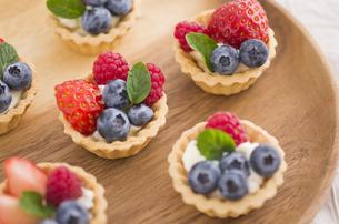 イチゴとブルーベリーとラズベリーのミントのせミニタルトの素材 [FYI00990187]