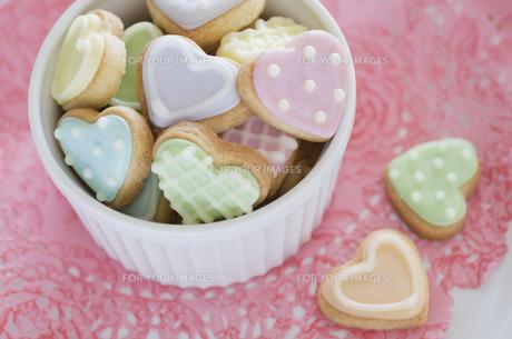 ハートのバレンタインアイシングクッキーの素材 [FYI00990381]
