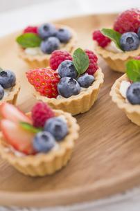 イチゴとブルーベリーとラズベリーのミントのせミニタルトの素材 [FYI00990435]
