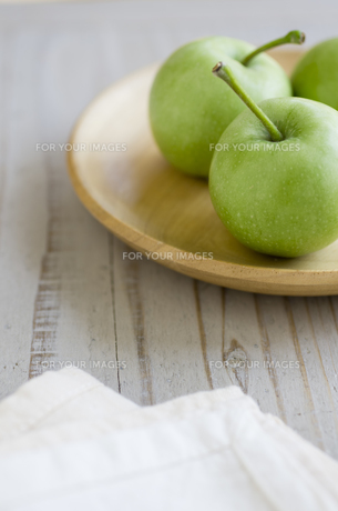 皿に乗ったミニ青りんごの素材 [FYI00990458]