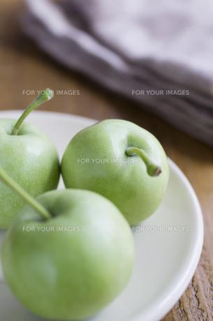 皿に乗ったミニ青りんごの素材 [FYI00990486]