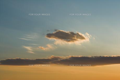 夕日に染まる雲の素材 [FYI00991782]
