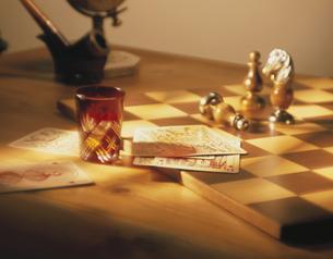 チェス盤の上のカードと駒とグラスの素材 [FYI00991836]