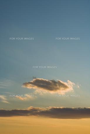 夕日に染まる雲の素材 [FYI00991844]