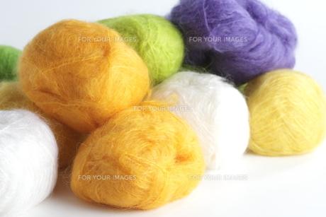 白と黄色と緑と紫の毛糸玉の素材 [FYI00992091]
