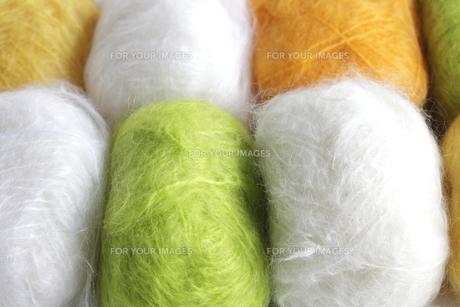 白と黄色と緑の毛糸玉の素材 [FYI00992093]