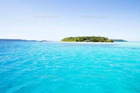 青い海、青い空と小島の素材 [FYI00993378]