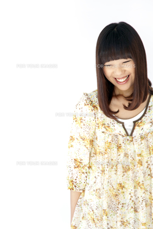 ワンピースを着て笑う20代日本人女性の素材 [FYI00993622]