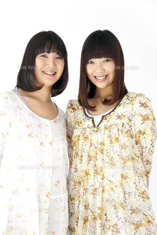 ワンピースを着て笑う二人の20代日本人女性の素材 [FYI00993633]