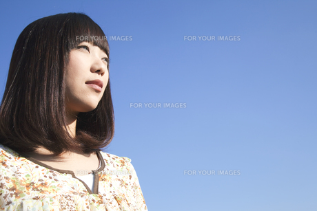 遠くを見つめる20代日本人女性の素材 [FYI00993634]