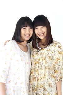 ワンピースを着て笑う二人の20代日本人女性の素材 [FYI00993636]