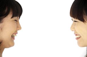 顔を見合わせて笑う二人の20代日本人女性の素材 [FYI00993643]