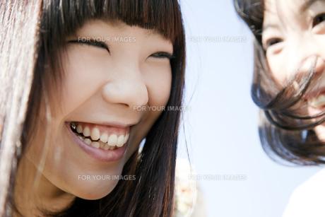 楽しそうに笑う二人の20代日本人女性の素材 [FYI00993646]