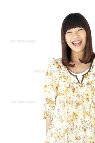 ワンピースを着て笑う20代日本人女性の素材 [FYI00993647]