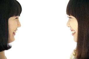 顔を見合わせて笑う二人の20代日本人女性の素材 [FYI00993651]