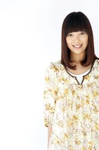 ワンピースを着て笑う20代日本人女性の素材 [FYI00993658]