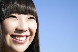 青空バックで笑う20代日本人女性の素材 [FYI00993668]
