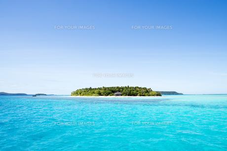 青い海、青い空と小島の素材 [FYI00993683]