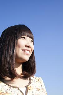 遠くを見つめる20代日本人女性の素材 [FYI00993686]