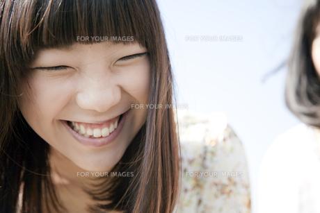 楽しそうに笑う20代日本人女性の素材 [FYI00993690]