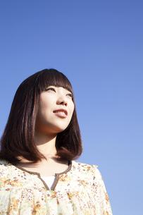 遠くを見つめる20代日本人女性の素材 [FYI00993702]