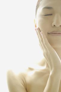 頬に手をやる女性の素材 [FYI00993714]