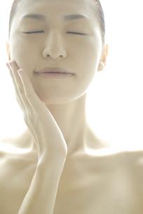 頬に手をやる女性の素材 [FYI00993716]