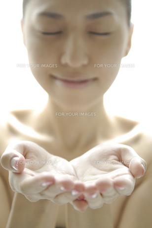 手を前にかざす女性の素材 [FYI00993730]