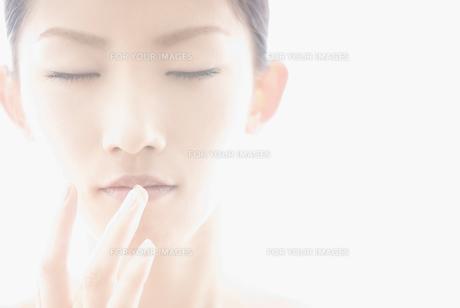 口に手をやる女性の素材 [FYI00993734]