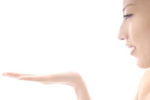手を前にかざす女性 横顔の素材 [FYI00993735]