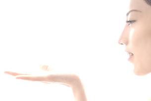 手を前にかざす女性 横顔の素材 [FYI00993742]
