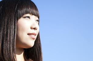遠くを見つめる20代日本人女性の素材 [FYI00993743]