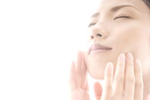 頬に手をやる女性の素材 [FYI00993749]