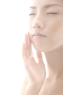 頬に手をやる女性の素材 [FYI00993753]