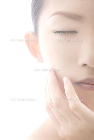 眼を閉じた女性の素材 [FYI00993782]
