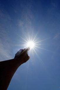 太陽を指差す人差し指の素材 [FYI00993800]