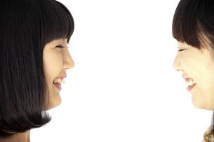 顔を見合わせて笑う二人の20代日本人女性の素材 [FYI00993844]