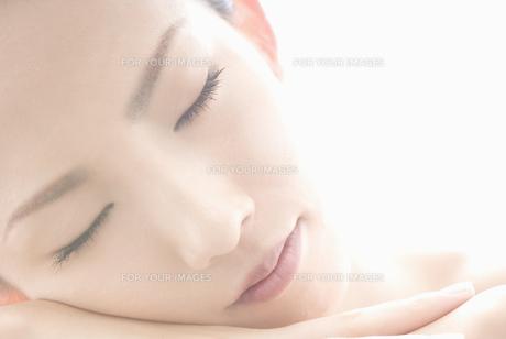 眼を閉じる女性の素材 [FYI00993907]