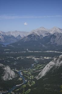 カナダ・バンフのサルファー山より山々を望むの素材 [FYI00995932]
