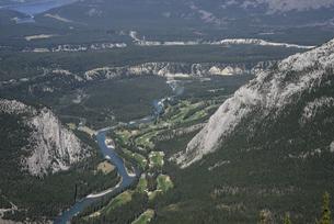 カナダ・バンフのサルファー山より森林とゴルフコースを望むの素材 [FYI00995948]