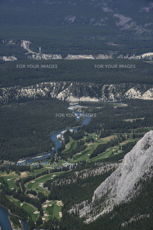 カナダ・バンフのサルファー山より森林とゴルフコースを望むの素材 [FYI00995982]