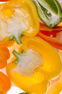 オレンジ色のピーマンの断面の素材 [FYI00996183]