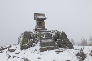 根子岳山頂の雪景色の素材 [FYI00996995]