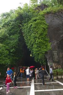 ポストイナ鍾乳洞出口付近の観光客の素材 [FYI00997446]