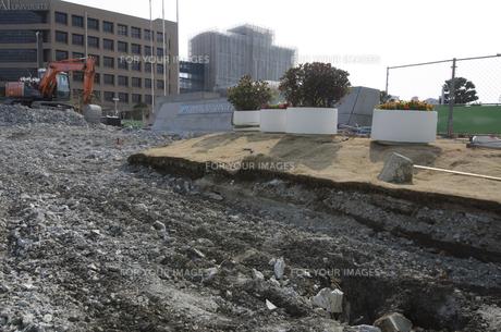 大震災の液状化で壊れた明海大学校庭の修復工事の素材 [FYI00997675]