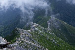 常念岳山頂から見た稜線の風景の素材 [FYI00997808]