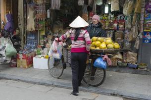 旧市街 果物売りの素材 [FYI00997951]