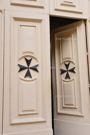 ヴィットリオーザの町 マルタ十字のドアの素材 [FYI00999747]